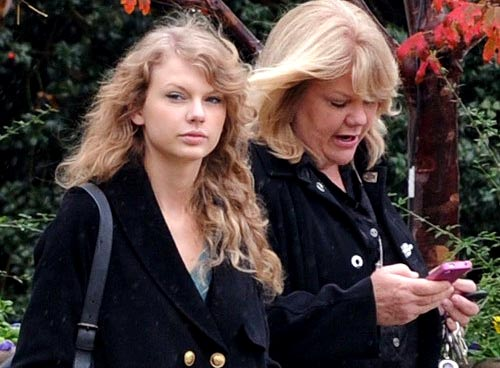 Taylor Swift go to shopping wih mother
